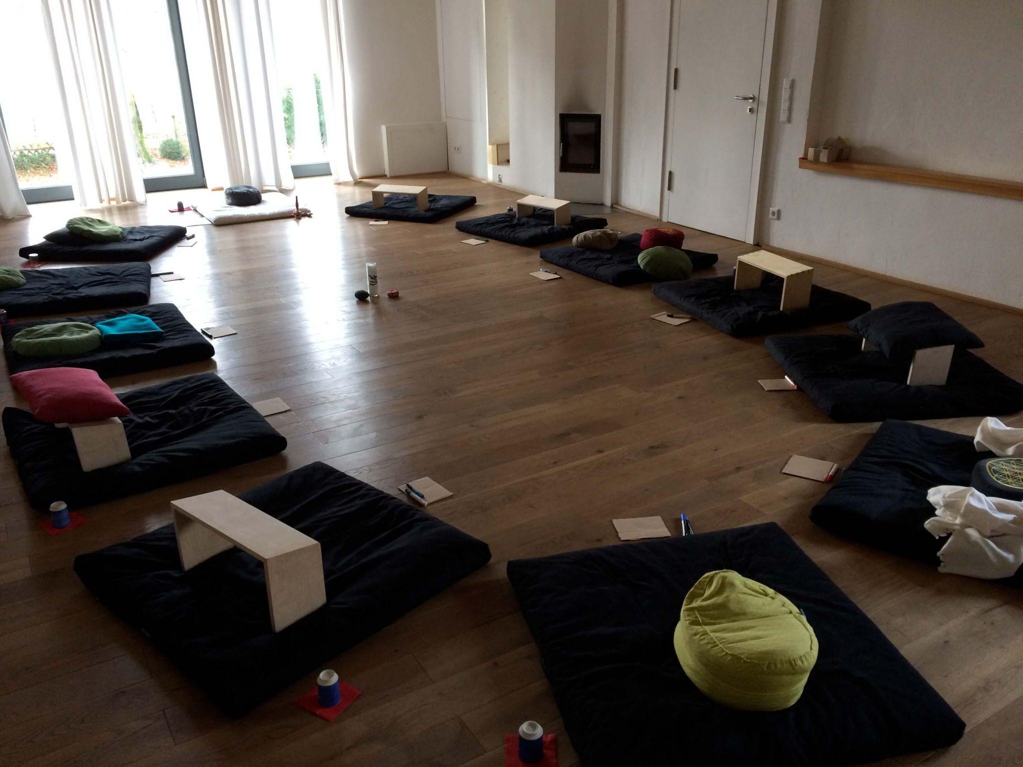 Arbeit im Seminarraum Kloster Schweinheim.wandern&achtsamkeit.de
